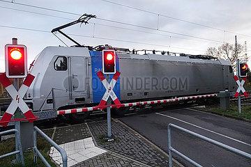 Biederitz  Deutschland  Gueterzug passiert einen geschlossenen Bahnuebergang