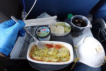 Atlanta  USA  Symbolfoto: Mittagessen auf einer Flugreise in Zeiten der Corona-Pandemie