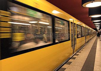 Berlin  Deutschland  U Bahn der Linie 7 im Bahnhof Richard-Wagner-Platz