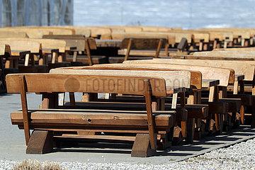 Diedersdorf  Deutschland  leere Sitzbaenke aus Holz