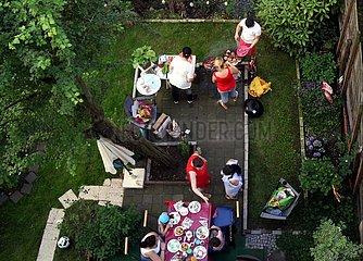 Menschen grillen im Hinterhof