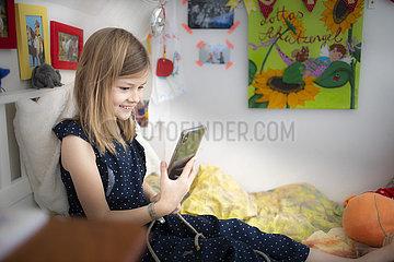 Schulkind mit Smartphone