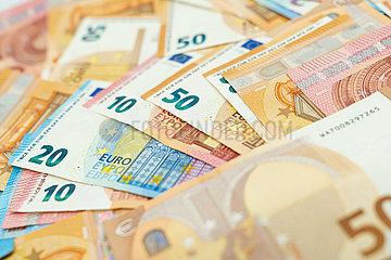 Nahaufnahme von dirversen Geldscheinen