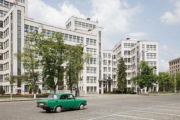 Moskwitsch und Derschprom am Freiheitsplatz im Zentrum von Charkiw  ein Gebaeude des Konstruktivismus  erstes sowjetisches Hochhaus  erbaut 1925 bis 1935 von Sergei Serafimow  Mark Felger und Samuil Krawez