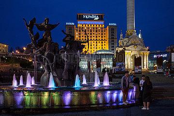 Brunnen der Stadtgruender und Hotel Ukrajina am Maidan in Kiew