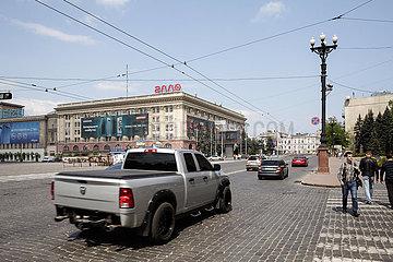 US-amerikanischer SUV am Freiheitsplatz in Charkiw