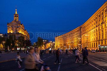 Beleuchtete Gebaeude und die fuer Autoverkehr gesperrte Chreschtschatyk in Kiew