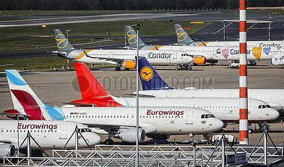 Flughafen Duesseldorf  Flugzeuge der Fluggesellschaften Condor und Eurowings in Parkposition in Zeiten der Coronakrise  Nordrhein-Westfalen  Deutschland