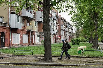 Passanten in der Wohnsiedlung am Traktorenwerk ChTS am Stadtrand von Charkiw