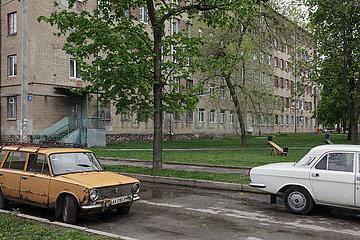 Parkender Lada und Wolga in der Wohnsiedlung am Traktorenwerk ChTS am Stadtrand von Charkiw