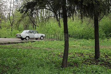 Parkender Lada in der Wohnsiedlung am Traktorenwerk ChTS am Stadtrand von Charkiw