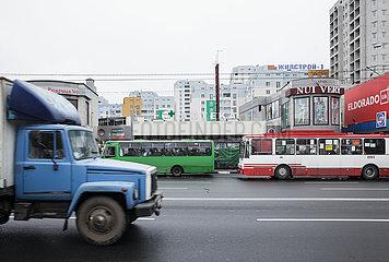 Laster und Bushaltestelle in Charkiw