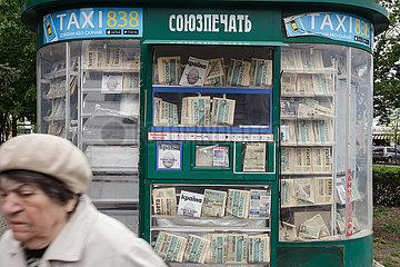 Geschlossener Kiosk mit verblichenen Tageszeitungen in Charkiw