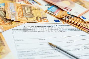 Ein Antrag auf Kurzabeitergeld wird ausgefuellt