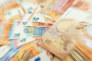 Nahaufnahme von verwischten Geldscheinen