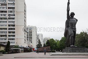 Hochhausviertel und Skulptur eines Sowjetischen Soldaten zum Gedenken an den 2. Weltkrieg