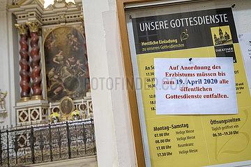 Gottesdienste fallen aus  Aushang in einer Muenchener Kirche  April 2020