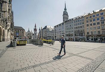 Mann allein auf dem Marienplatz  Muenchen  April 2020
