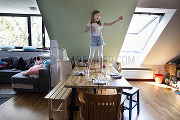 Kind geht ueber Tische und Baenke