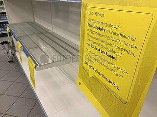 Fast ausverkauftes Klopapier im Supermarkt