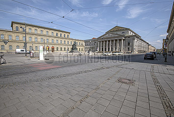 leerer Platz vor der Oper  Muenchen  April 2020