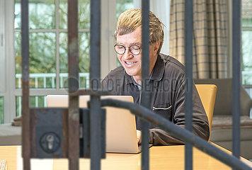 Mann im Homeoffice  Muenchen  April 2020