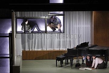 Deutsche Oper Berlin DAS MAEDCHEN MIT DEN SCHWEFELHOELZERN