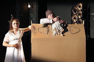 Maxim Gorki Theater Berlin DER HOFMEISTER / DER HALS DER GIRAFFE