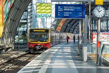 Berlin waehrend der Ausgangsbeschraenkung: S-Bahn faehrt am leeren Bahnsteig am Hauptbahnhof ein