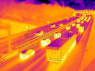 Waermebild von Fahrzeugen auf der A100 in Berlin Schoeneberg