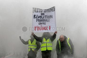 Paris  Frankreich - Demonstranden im dichten Rauch halten ein Plakat hoch