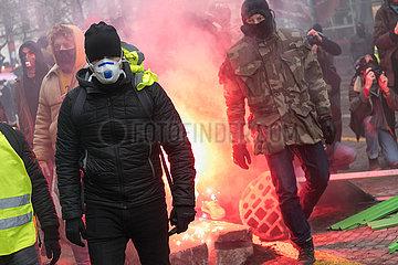 Paris  Frankreich - Demonstranten mit Bengalfeuer