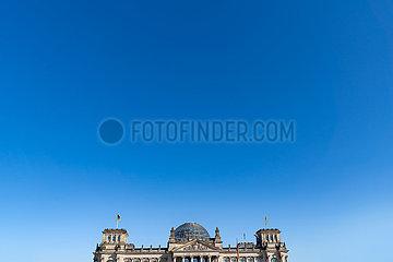 Anschnitt des Reichstags bei sonnigem Wetter