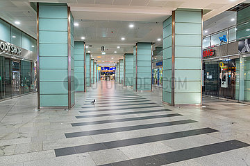 Berlin waehrend der Ausgangsbeschraenkung: Menschenleere Einkaufspassage im Bahnhof Friedrichstrasse