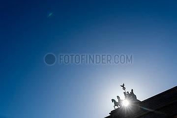 Silhouette der Quadriga auf dem Brandenburger Tor