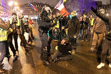 Polizeikraefte verhaften einen Paris  Frankreich - Demonstranten