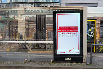 Berlin waehrend der Ausgangsbeschraenkung: Hinweise an einer Werbetafel zum Coronavirus auf tuerkisch
