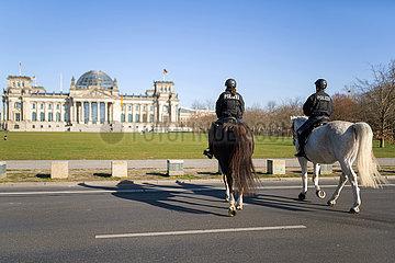 Berlin waehrend der Ausgangsbeschraenkung: Reiterstaffel patrouilliert vor dem Reichstag