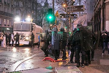 Paris  Frankreich - Wasserwerfer und Polizisten bei der Demonstration