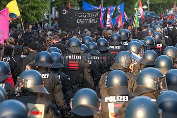 Polizisten begleiten die Revolutionaere 1. Mai-Demonstration