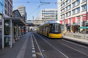 Berlin waehrend der Ausgangsbeschraenkung: Leere Tramhaltestelle an der Friedrichstr. in Berlin Mitte