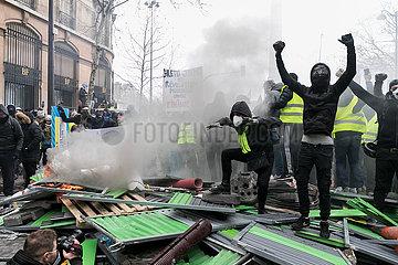 Paris  Frankreich - Demontranten protestieren an einer Strassenbarrikade