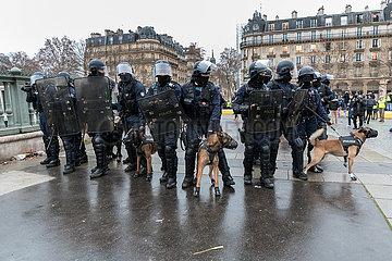Paris  Frankreich  Einheiten der Gendarmerie waehrend Gelbwesten-Demonstration