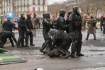 Paris  Frankreich - Polizeikraefte verhaften einen Demonstranten