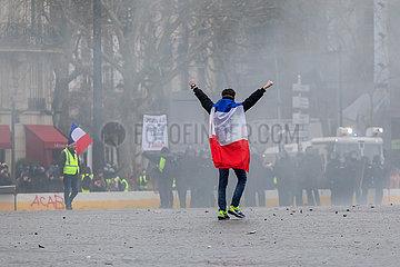 Demonstrant mit einer franzoesischen Flagge laeuft ober den leeren Place de la Bastille
