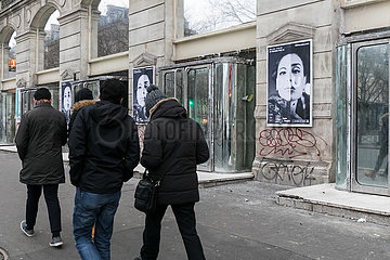 Aussenwerbung fuer das Kunstprojekt DAU am Theatre de la Ville in der Pariser Innenstadt