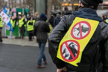 Paris  Frankreich - Schild eines Paris  Frankreich - Demonstranten