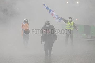 Paris  Frankreich - Demonstranten im Nebel von Traenengas