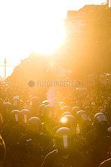 Polizisten begleiten die Revolutionaere 1. Mai-Demonstration im Abendrot
