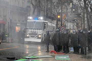 Wasserwerfer und Polizisten bei der Demonstration